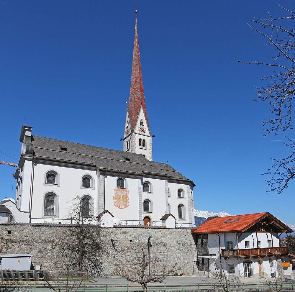 Außenansicht der Pfarrkirche St. Johannes der Täufer in Axams