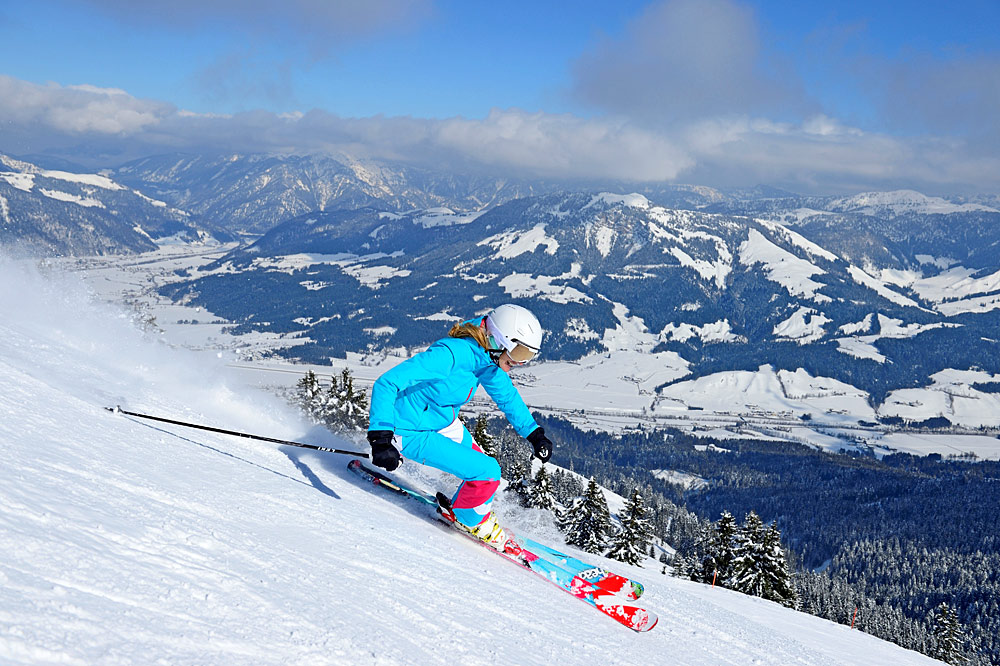 Skifahrerin bei der Abfahrt in St. Johann in Tirol