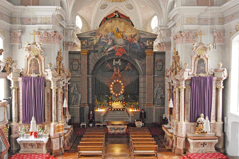 Blick auf den Hochaltar in der Dekanatspfarrkirche Maria Himmelfahrt in St. Johann in Tirol