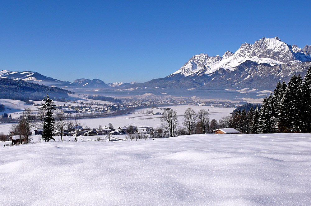 Blick auf St. Johann in Tirol und das Kaisergebirge im Hintergrund