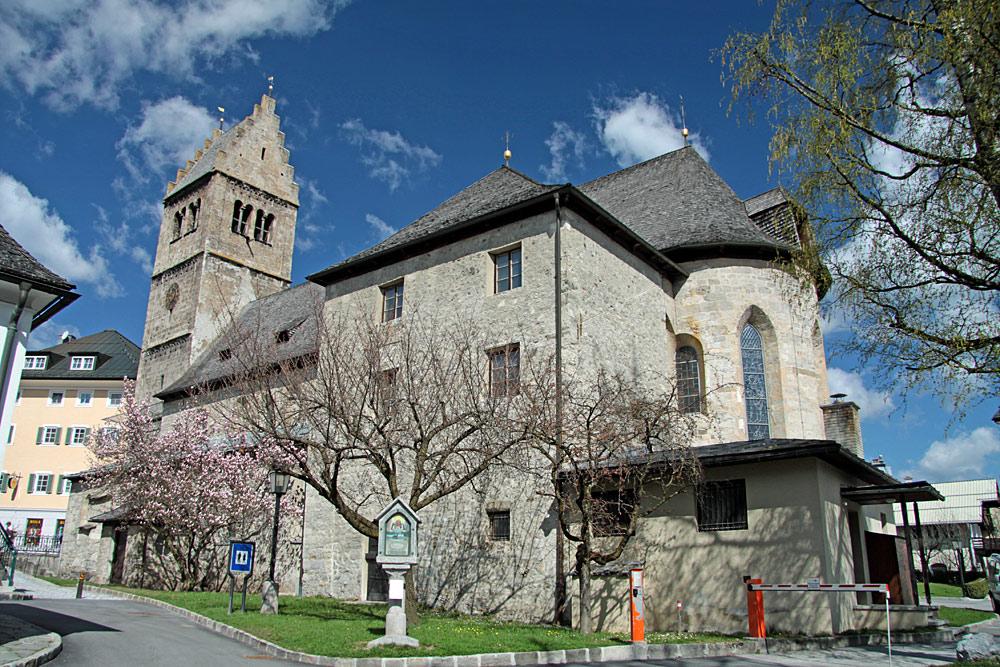 Außenansicht der St. Hippolyt-Kirche in Zell am See