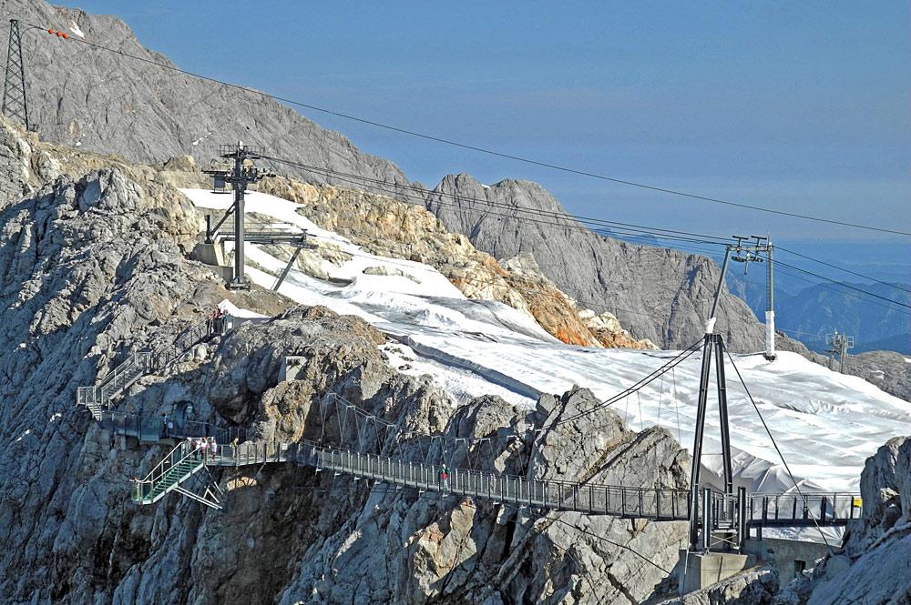 Blick auf den Skywalk und die Hängebrücke am Dachsteingletscher