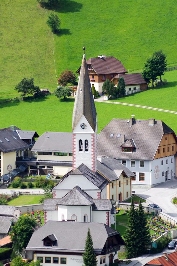 Ortszentrum von Lessach mit Kirche