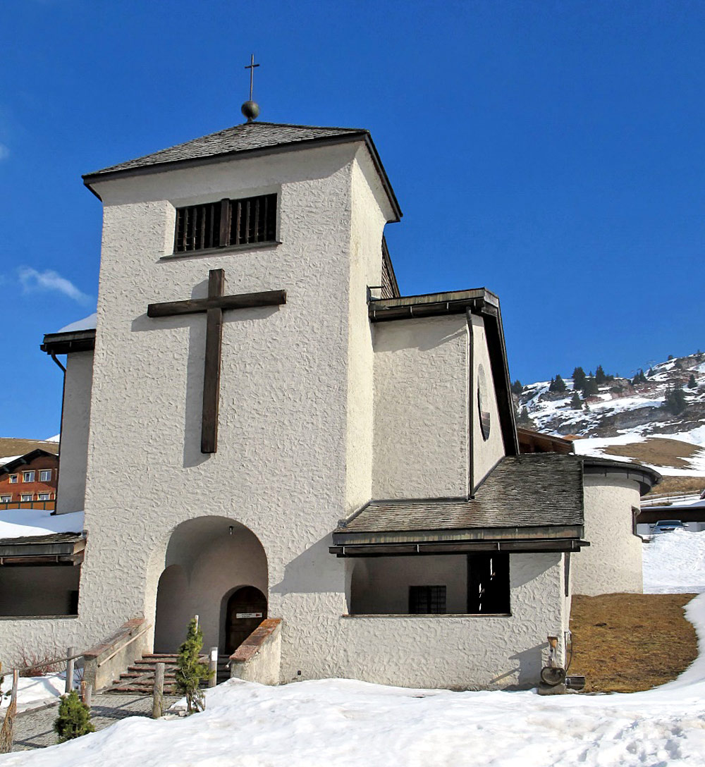 Winterliche Außenansicht der Christ-König-Kirche in Zürs am Arlberg