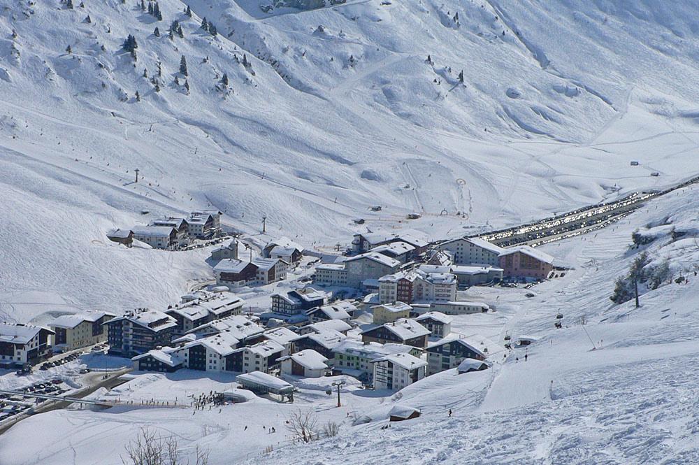 Blick von oben auf Zürs am Arlberg im Winter