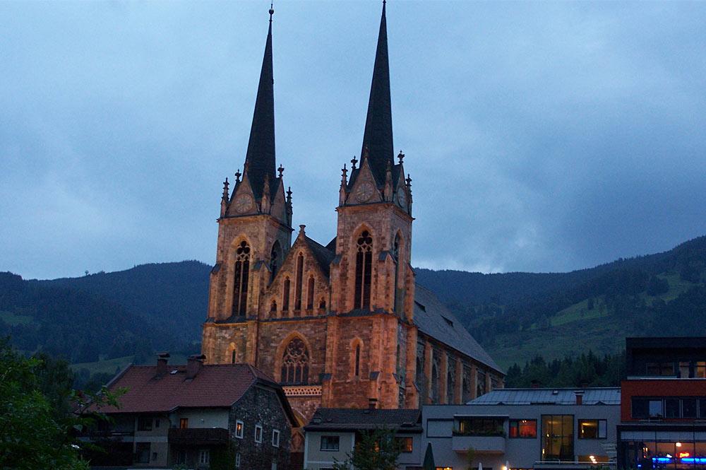 Blick auf den abendlichen Pongauer Dom in St. Johann im Pongau