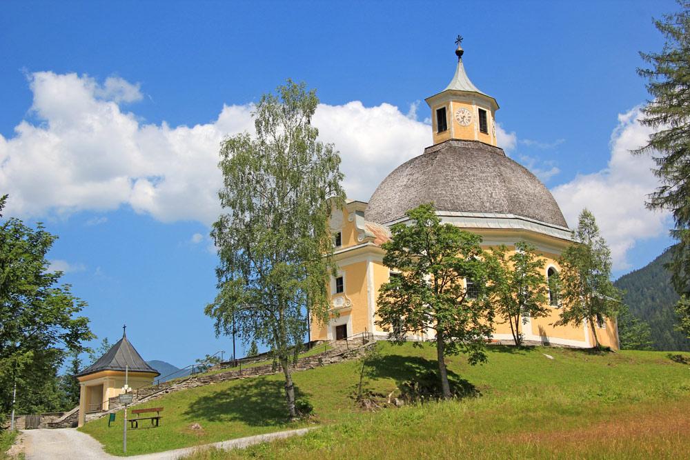 Außenansicht der Pfarrkirche Heilige Maria Mutter vom Guten Rat in Bad Gastein