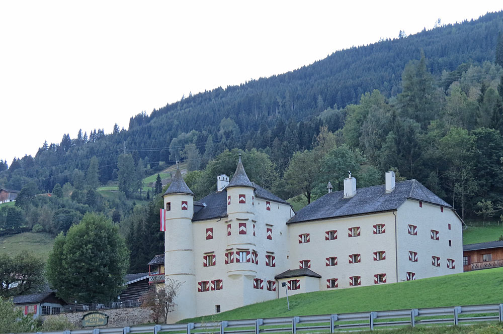 Außenansicht des Weitmoserschlössls in Bad Hofgastein