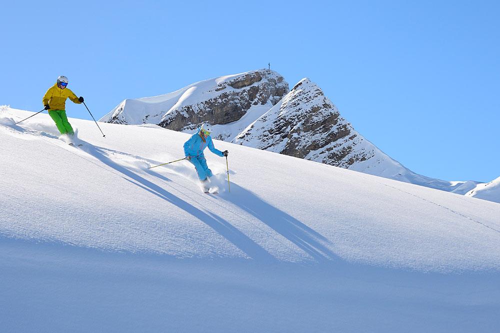 Skifahrer bei der Abfahrt in Damüls - Mellau - Faschina