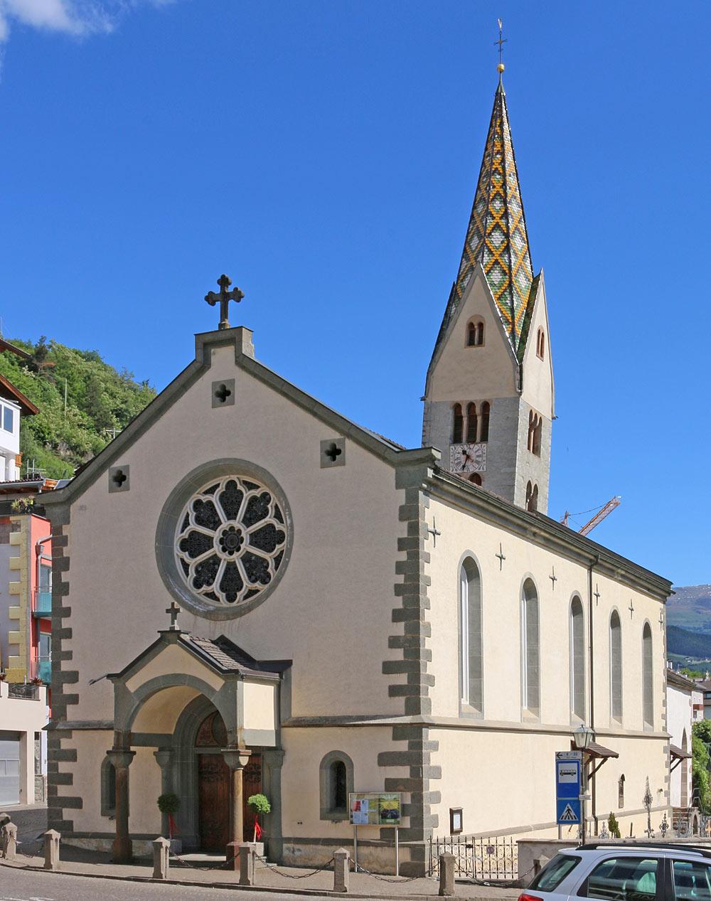 Außenansicht von St. Jakobus und dem schiefen Kirchturm in Barbian