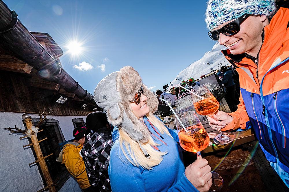 Paar beim Après-Ski auf einer Hütte in Obertauern