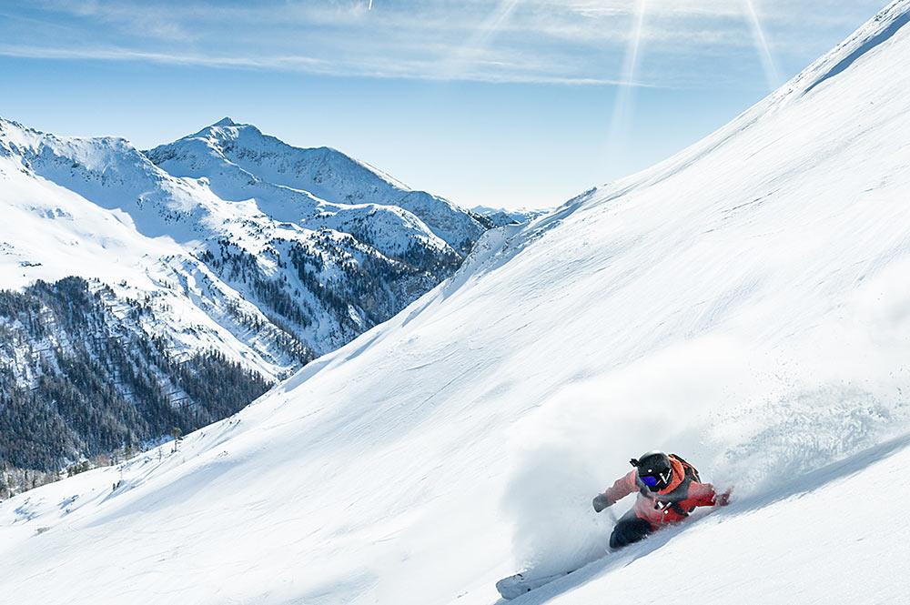 Skifahrer bei der Abfahrt im Skigebiet Obertauern
