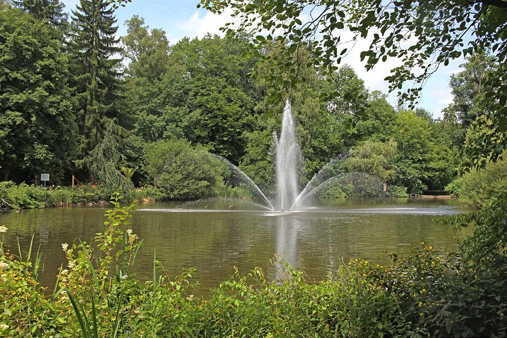 See mit Wasserfontäne im Kurpark Bad Wörishofen