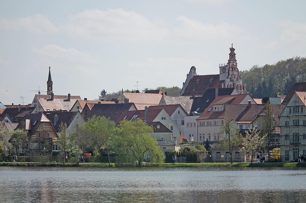 Blick auf die Innenstadt von Bad Waldsee am Ufer des Stadtsees