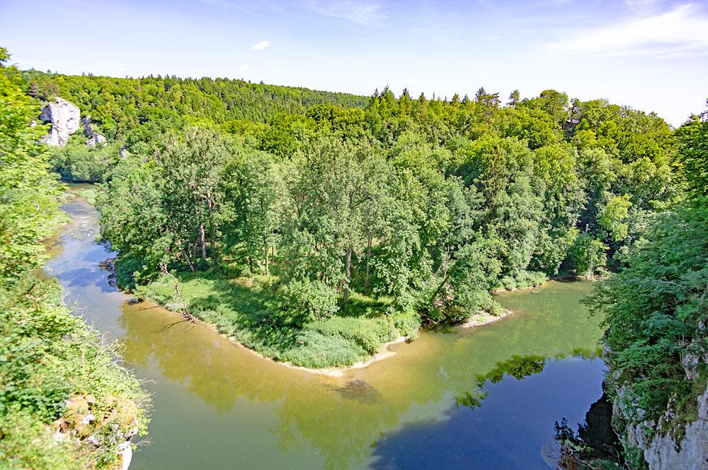 Blick auf den Fluss und den Amalienfelsen im Fürstlichen Park Inzigkofen