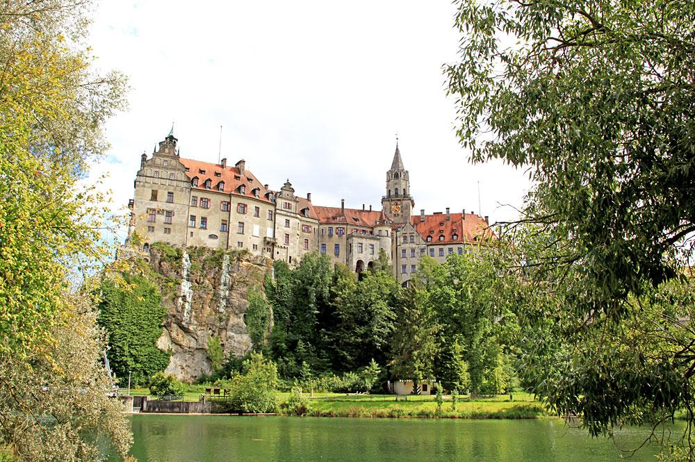 Blick von unten auf das Hohenzollernschloss Sigmaringen auf dem Schlossberg