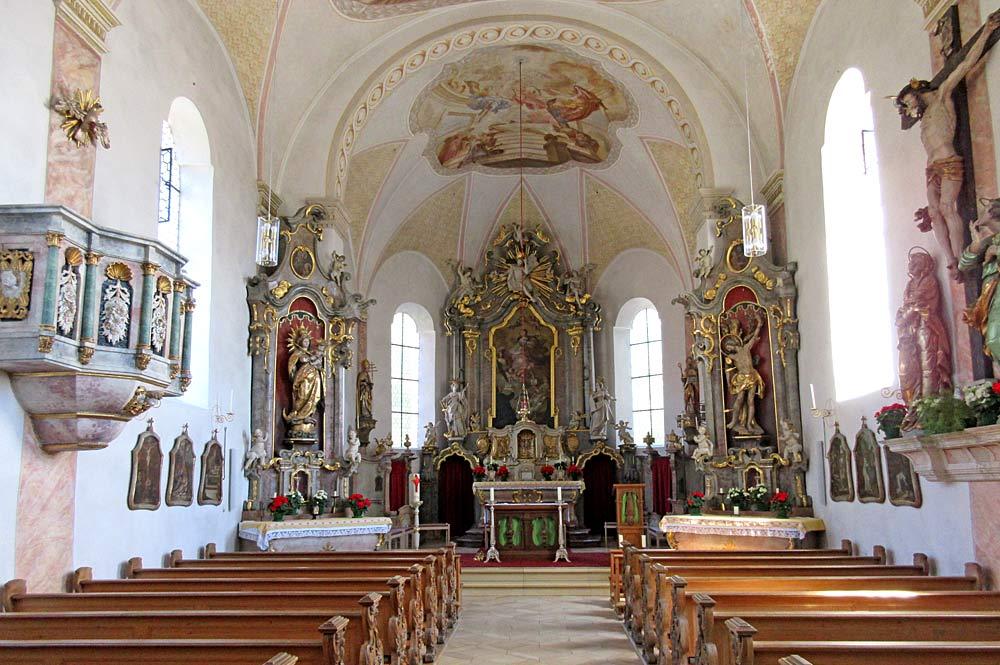 Innenraum der Pfarrkirche St. Agatha in Uffing am Staffelsee