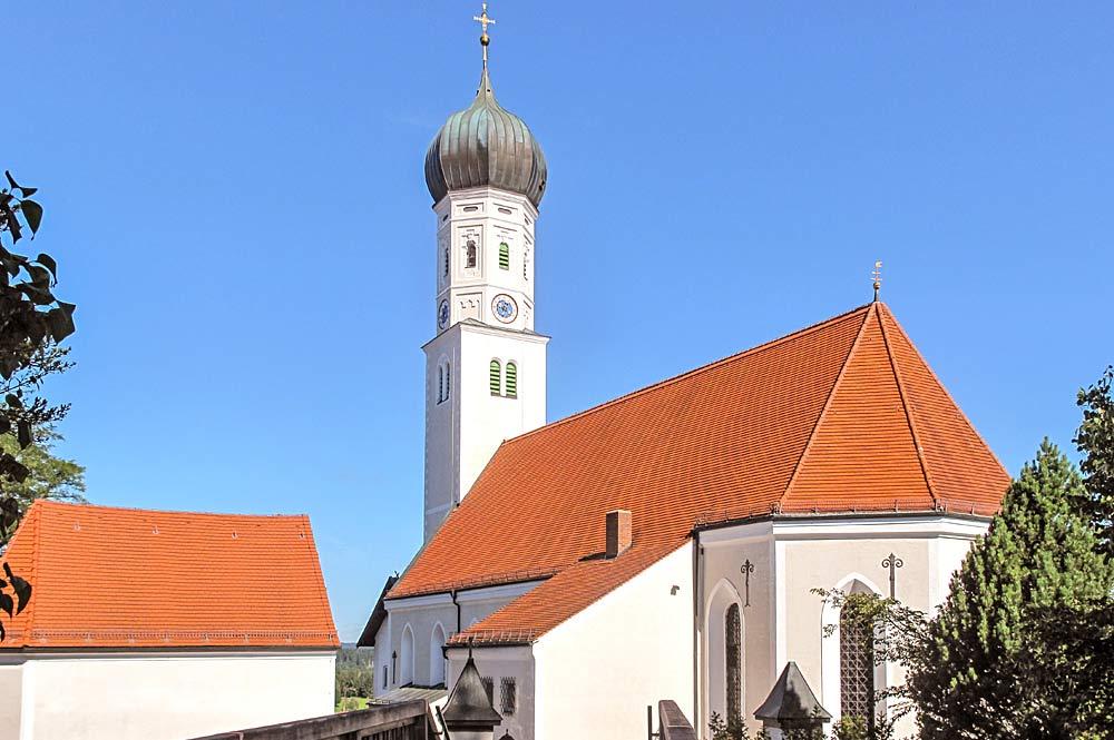 Blick auf die St. Laurentius Kirche in Königsdorf in Bayern