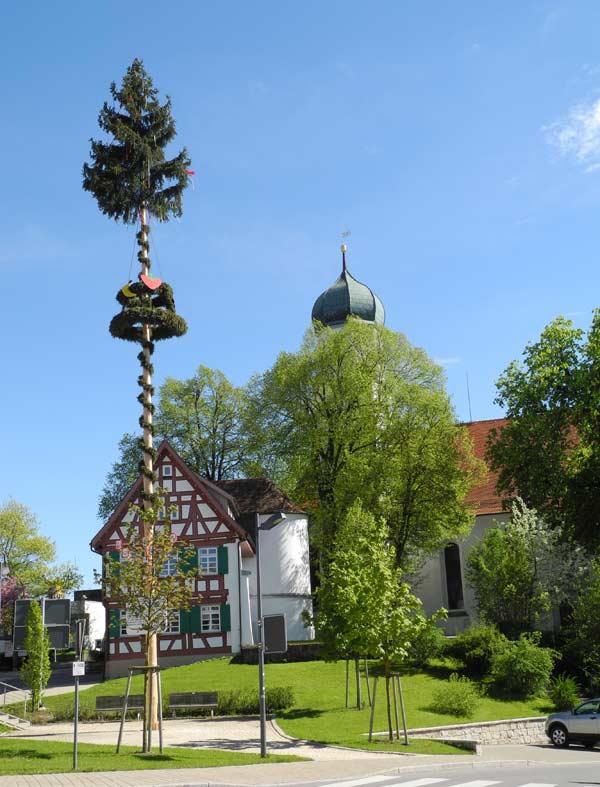 Kirche mit Maibaum in Westerheim