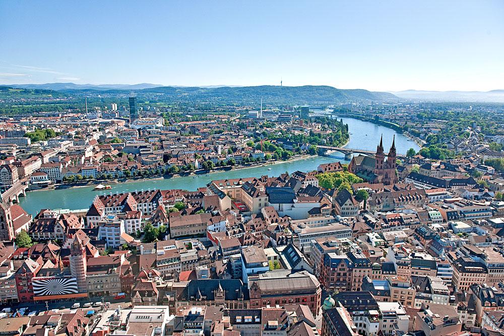 Luftaufnahme von Basel und dem Rheinknie von Süden aus gesehen
