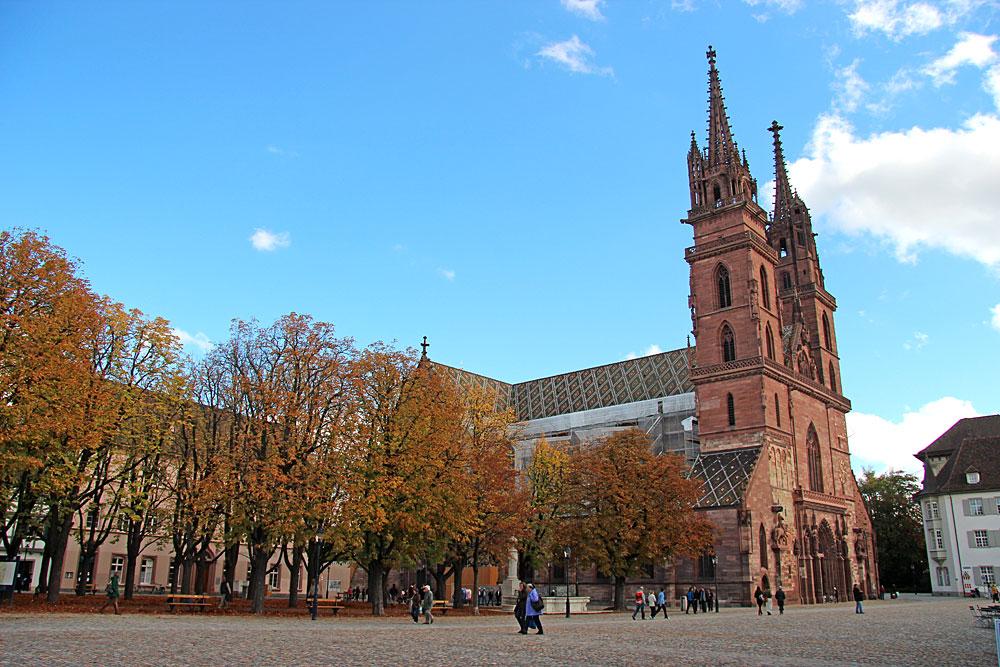 Blick auf das Basler Münster und den Münsterplatz