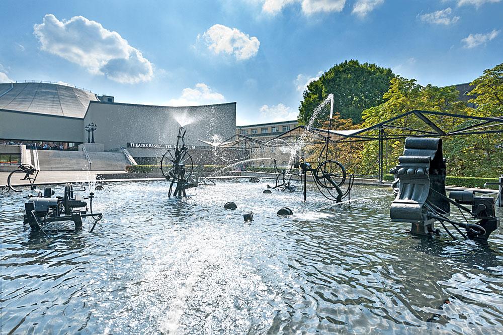 Blick auf den Tinguely-Brunnen mit dem Theater Basel im Hintergrund