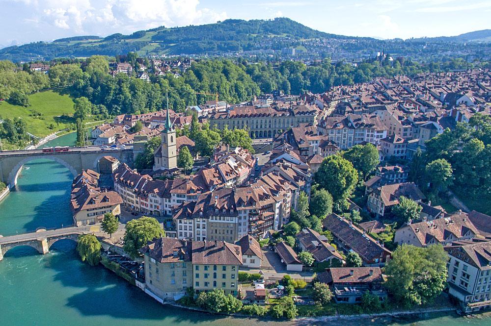 Luftaufnahme der Berner Altstadt und der Aareschlucht