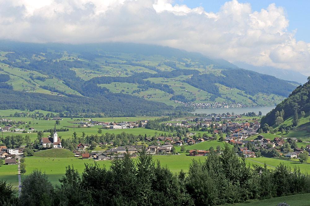 Blick von der Brünigstrasse auf Giswil und den Sarnersee