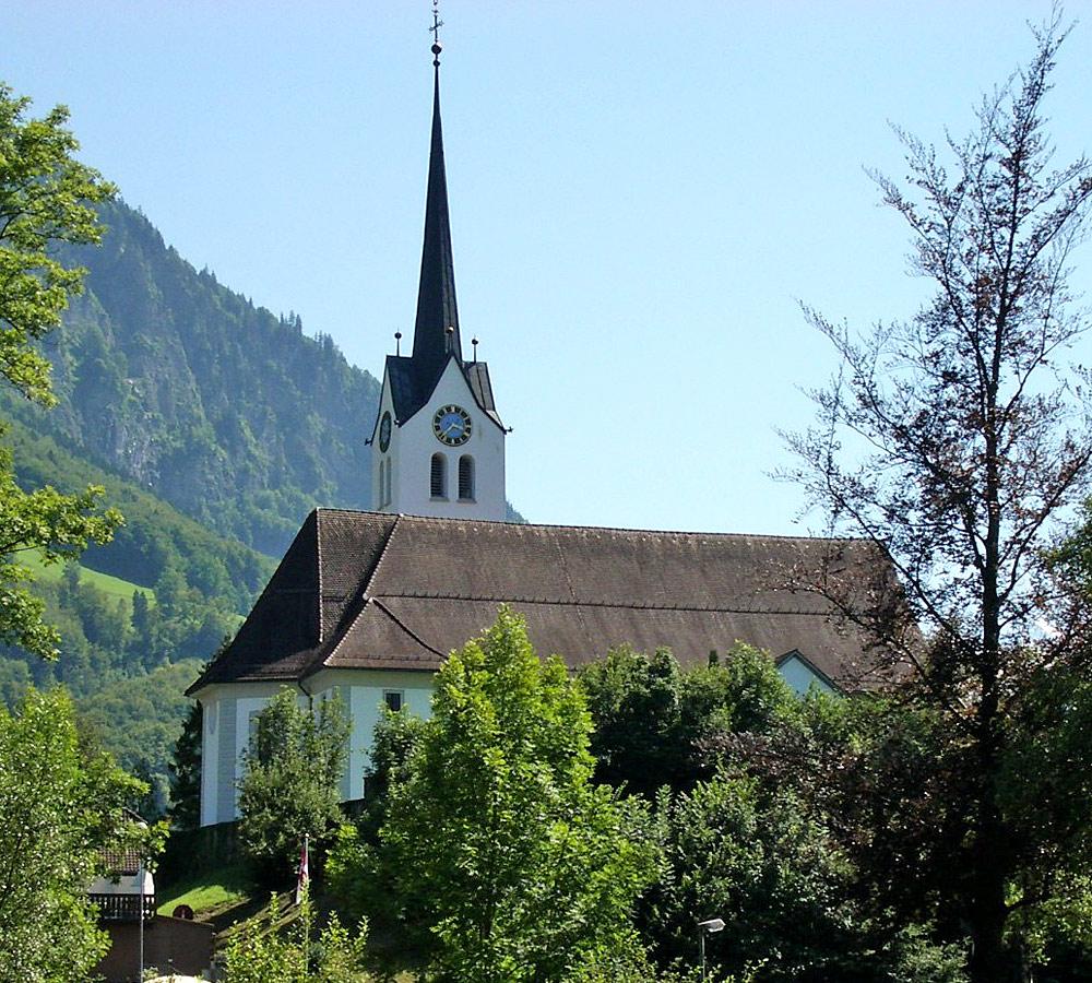 Blick auf die Pfarrkirche St. Laurentius in Giswil