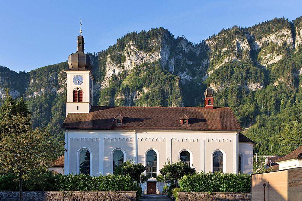 Blick auf die Pfarrkirche St. Nikolaus in Hergiswil