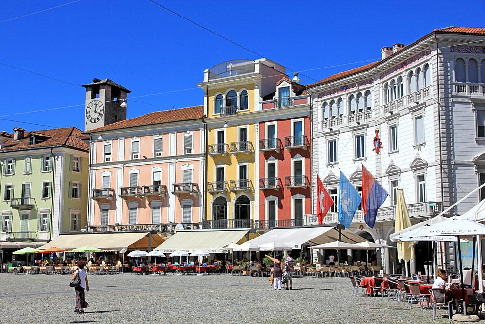 Bunte Patrizierhäuser auf der Piazza Grande in Locarno