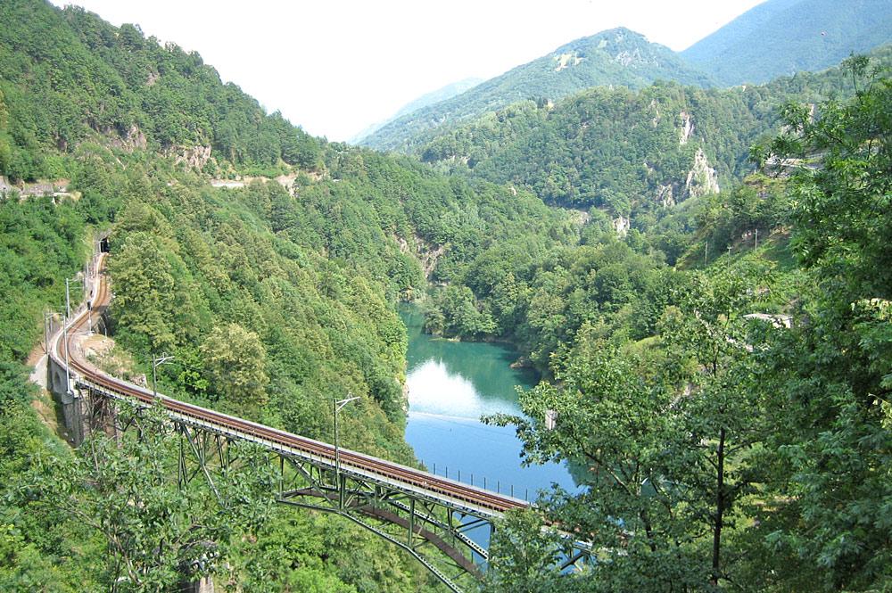 Blick von oben auf die Schienen der Centovallibahn auf dem Ruinacci-Viadukt im Centovalli bei Camedo