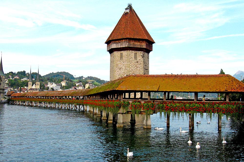 Blick auf die holzgedeckte Kapellbrücke in Luzern