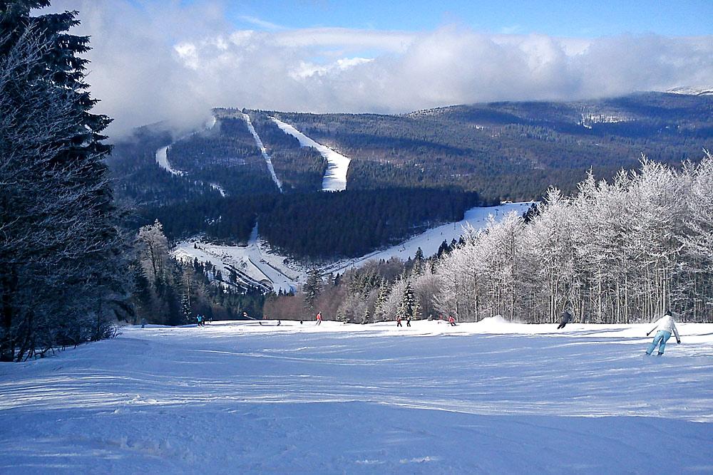 Skifahrer auf einer Piste am Hochficht