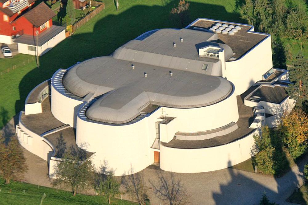 Luftaufnahme der Kollegiumskirche St. Martin in Sarnen