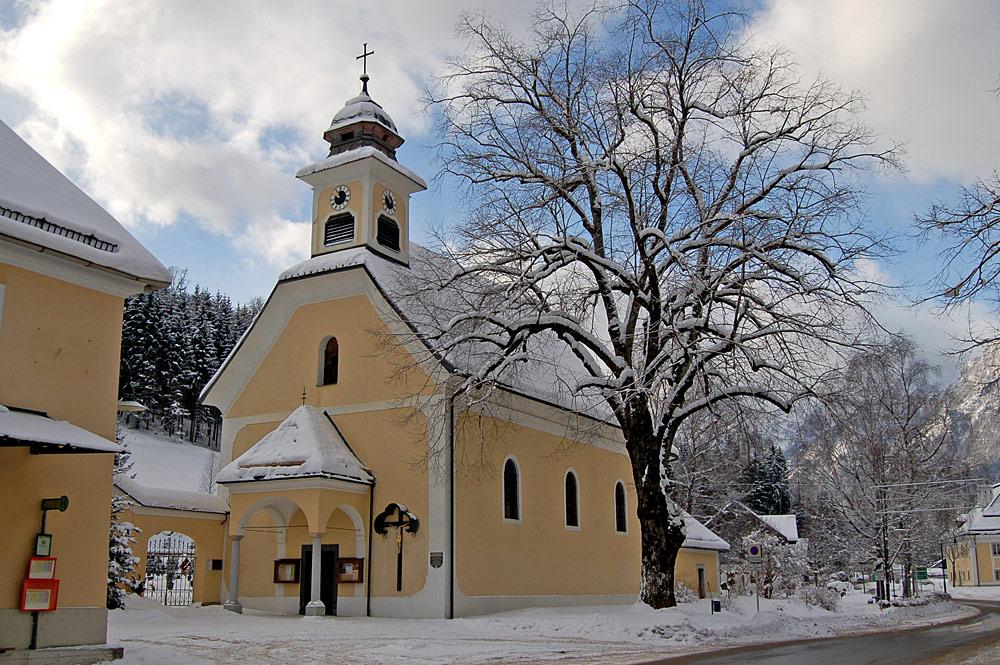 Außenansicht der Pfarrkirche Kreuzerhöhung in Hinterstoder