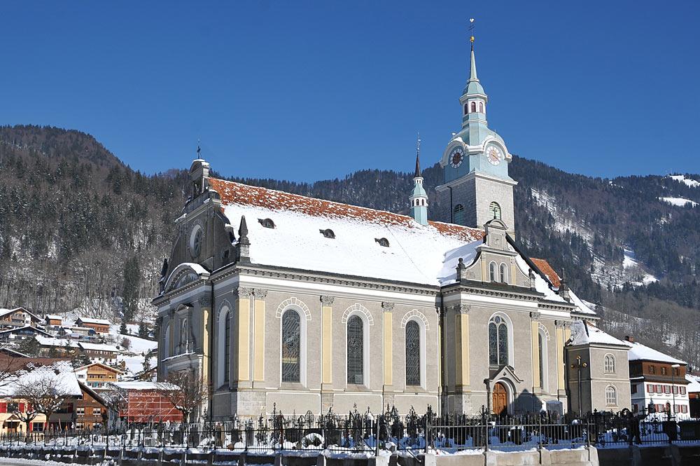 Blick auf die Pfarrkirche St. Jodok im winterlichen Bezau