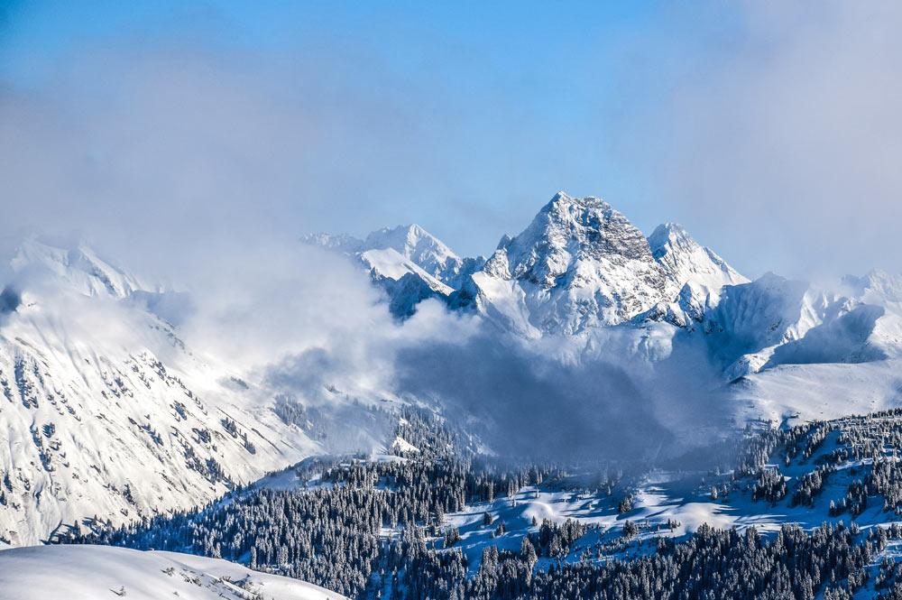Blick vom verschneiten Damüls auf den Widderstein