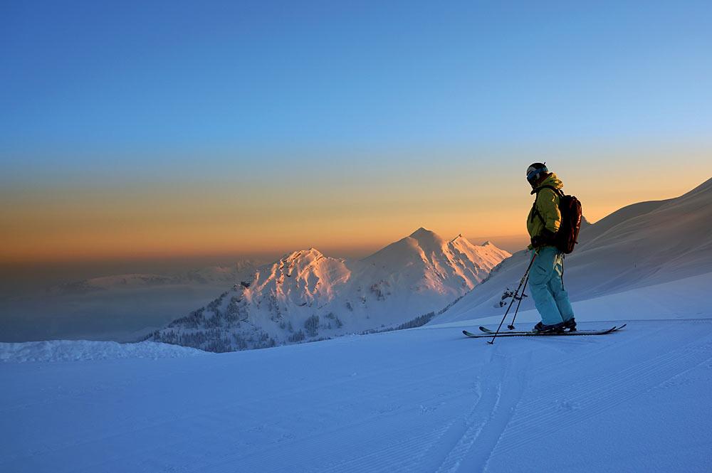 Skifahrer auf einer Piste im Morgengrauen in Damüls-Mellau-Faschina