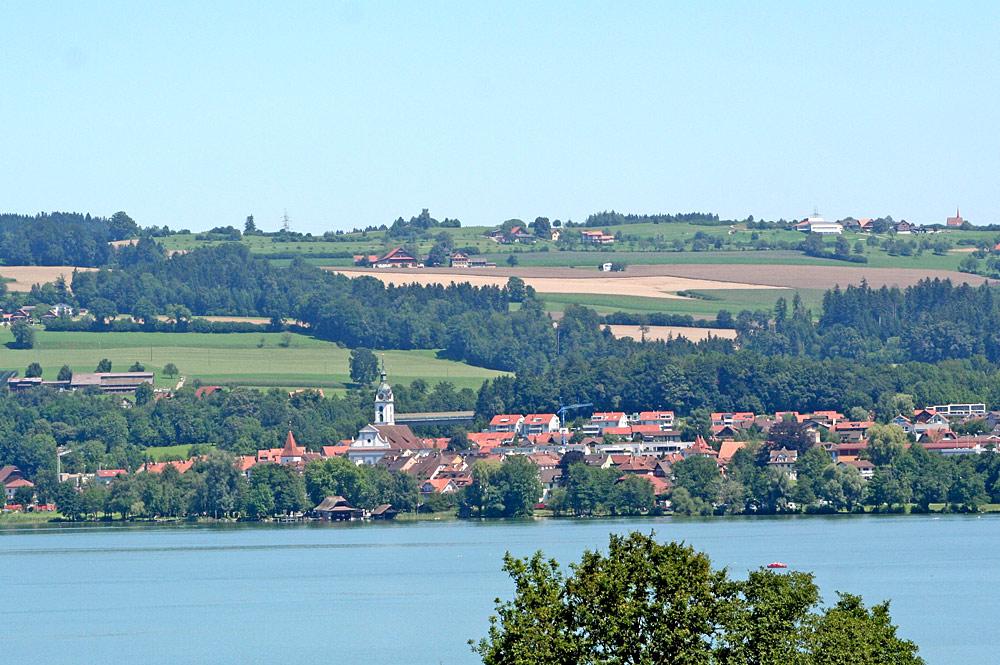 Blick auf Sempach am Ufer des Sempachersees