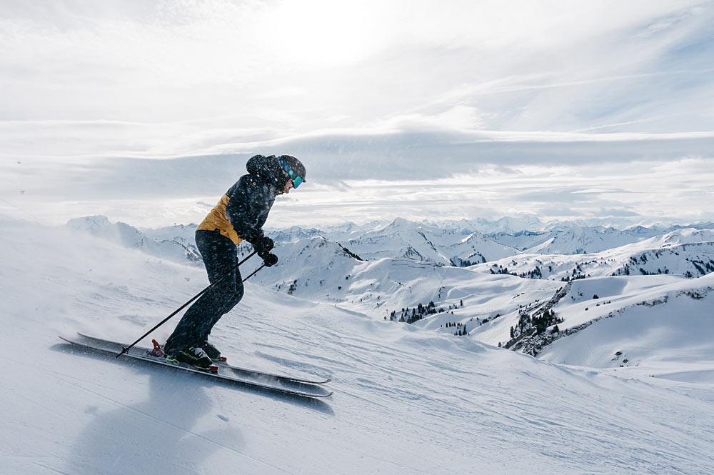Skifahrer bei der Abfahrt im Skigebiet Damüls - Mellau - Faschina