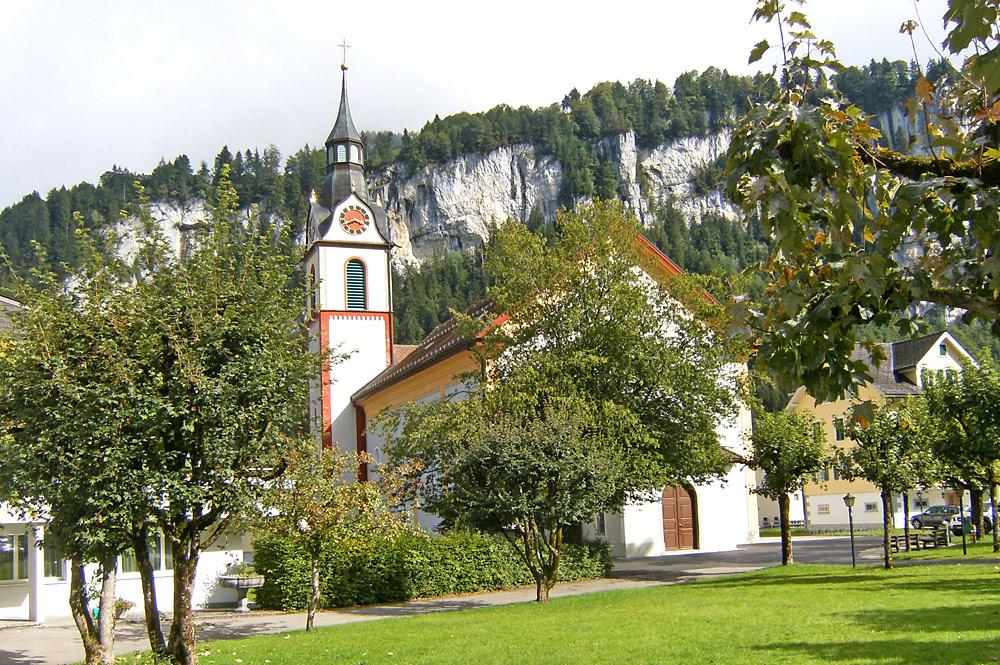 Außenansicht der Pfarrkirche St. Josef in Unteriberg