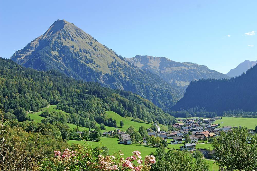 Blick auf Schoppernau und die Üntschenspitze