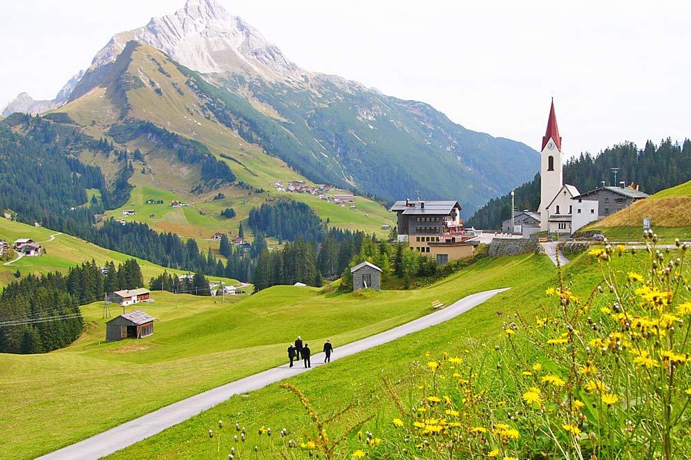Blick auf Warth mit der Pfarrkirche St. Sebastian und den Krottenkopf