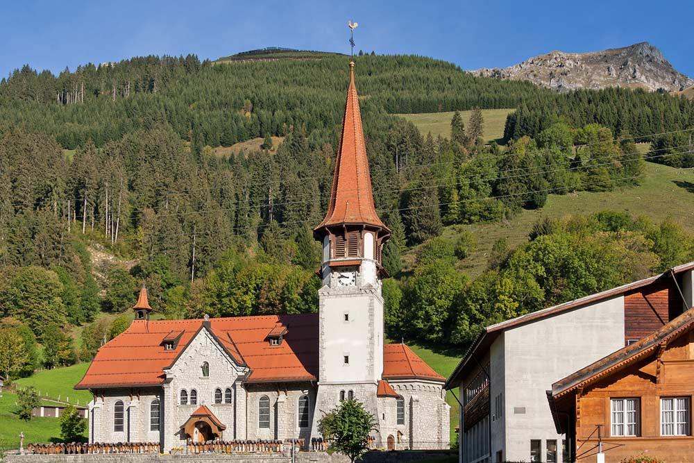 Blick auf die Kirche von Jaun