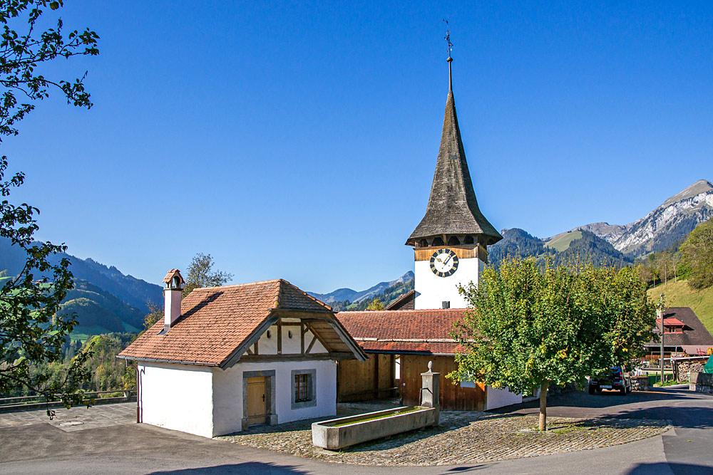 Außenansicht der reformierten Kirche in Oberwil im Simmental