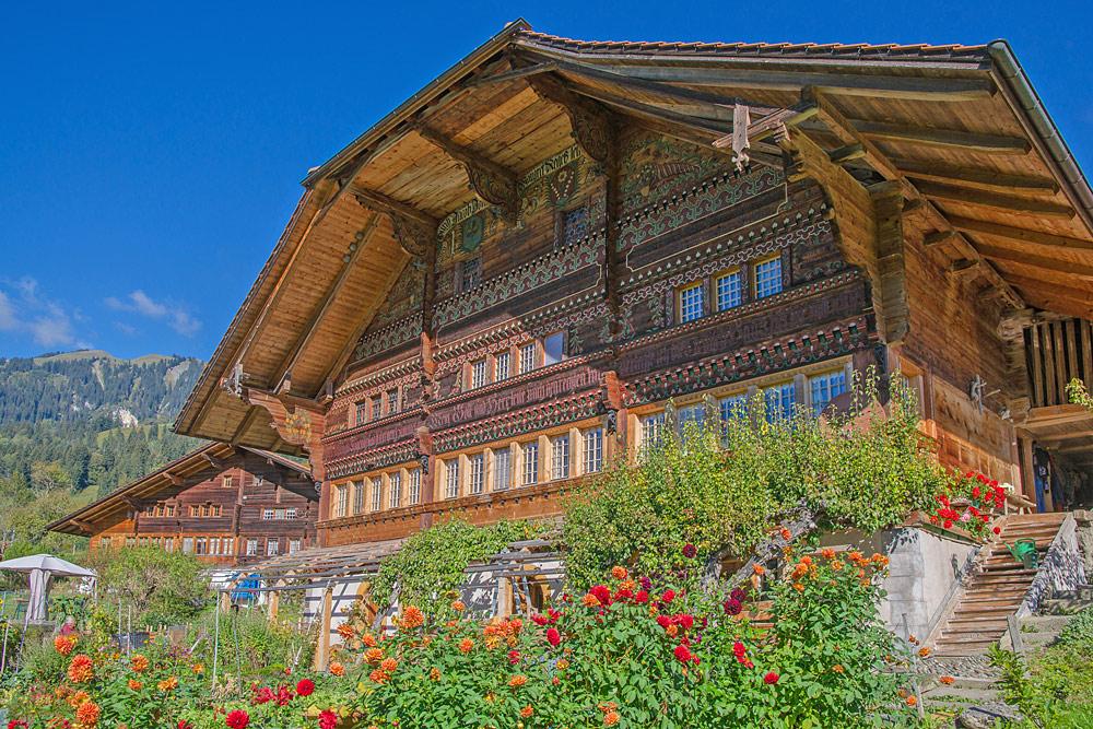 Südfassade des Vennerhauses mit Vorgarten in Oberwil im Simmental