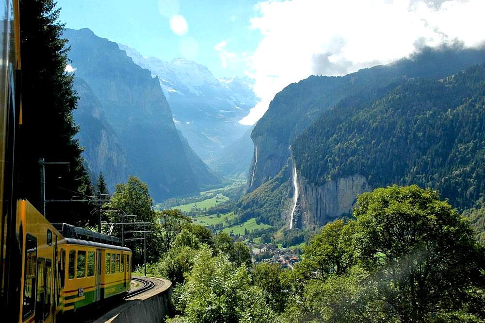 Zug fährt von Wengen ins Lauterbrunnental