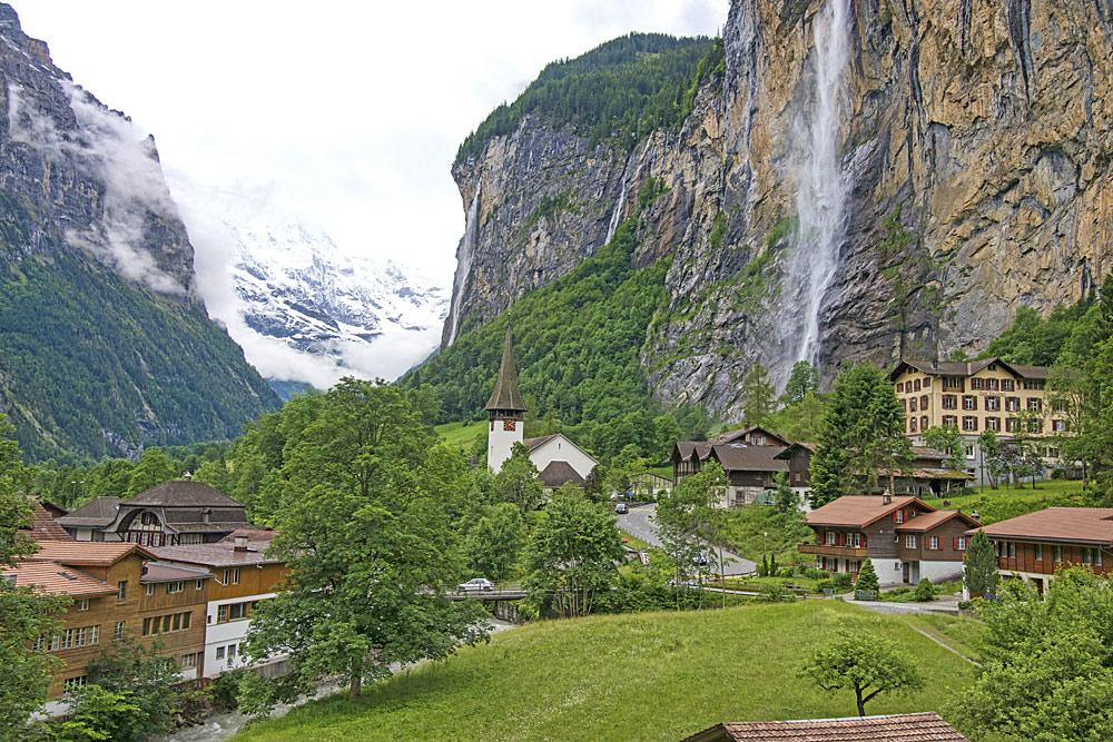 Lauterbrunnen mit den Staubbachfällen im Hintergrund