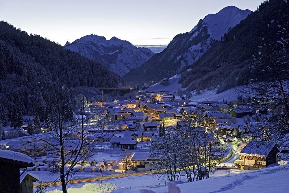 Blick auf das nächtliche Klösterle am Arlberg im Winter